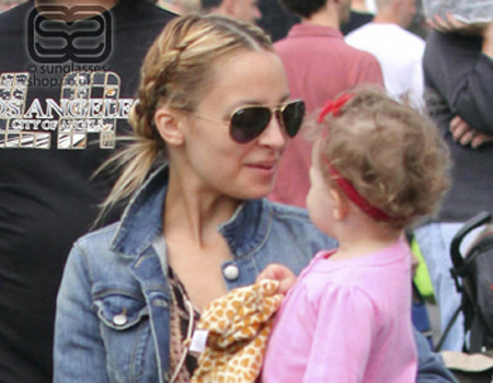 nicole richie style guide. Nicole Richie wearing Ray Ban